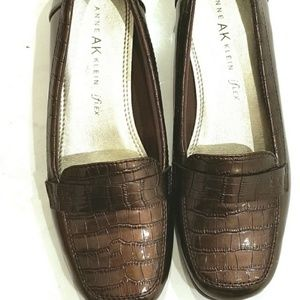 Anne Klein brown patent flats faux alligator 6.5M
